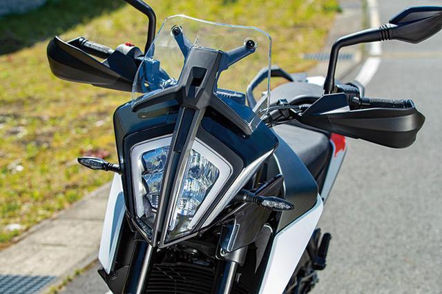 画像: 左右分割式のくさび型ヘッドライトは近年のKTM車のファミリーフェイス。ヘッドライト、ウインカーともにLEDを採用する。