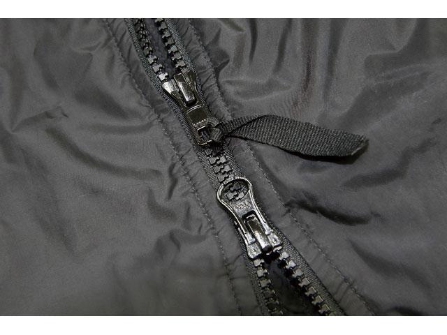 画像: ジャケットのメインファスナーは冬場にこそ着脱する場面やトイレ時などで重宝するダブル仕様だ。