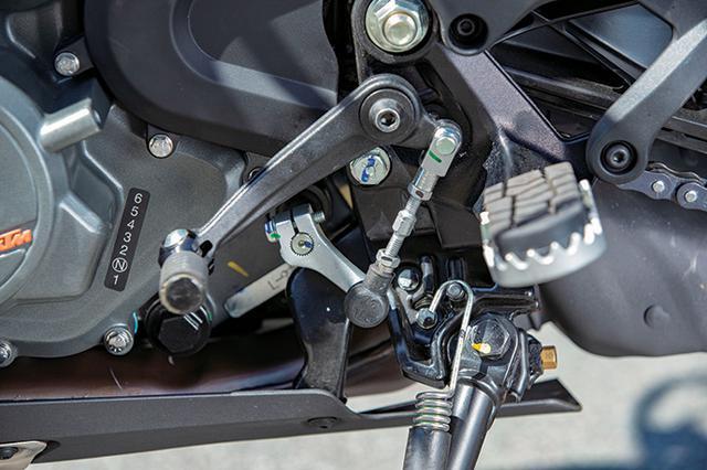 画像: 390アドベンチャーは装備も充実していて、クイックシフター+もオプションで選べる。ステップはワイドペグタイプ。