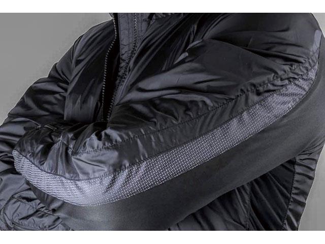 画像: ソデと脇にはストレッチ素材を配して、最適ライディングポジションを提供。サイズはUS仕様だが、ジャストフィットの1着が選べる細かな設定も魅力。