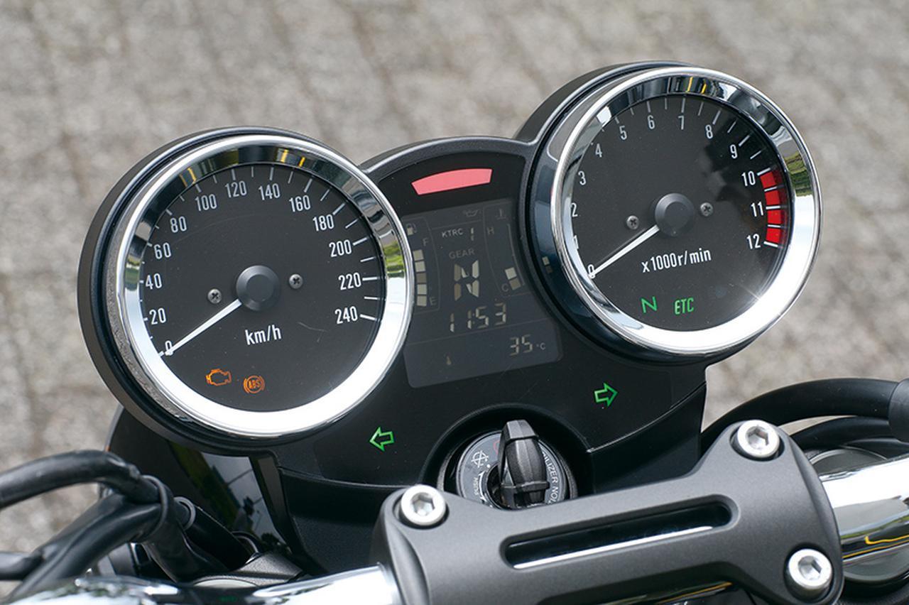 画像: アナログ表示の2連メーター。左が240㎞/hまで刻まれた速度計、右側は1万2000回転スケールの回転計。その間に多機能の液晶パネルが。
