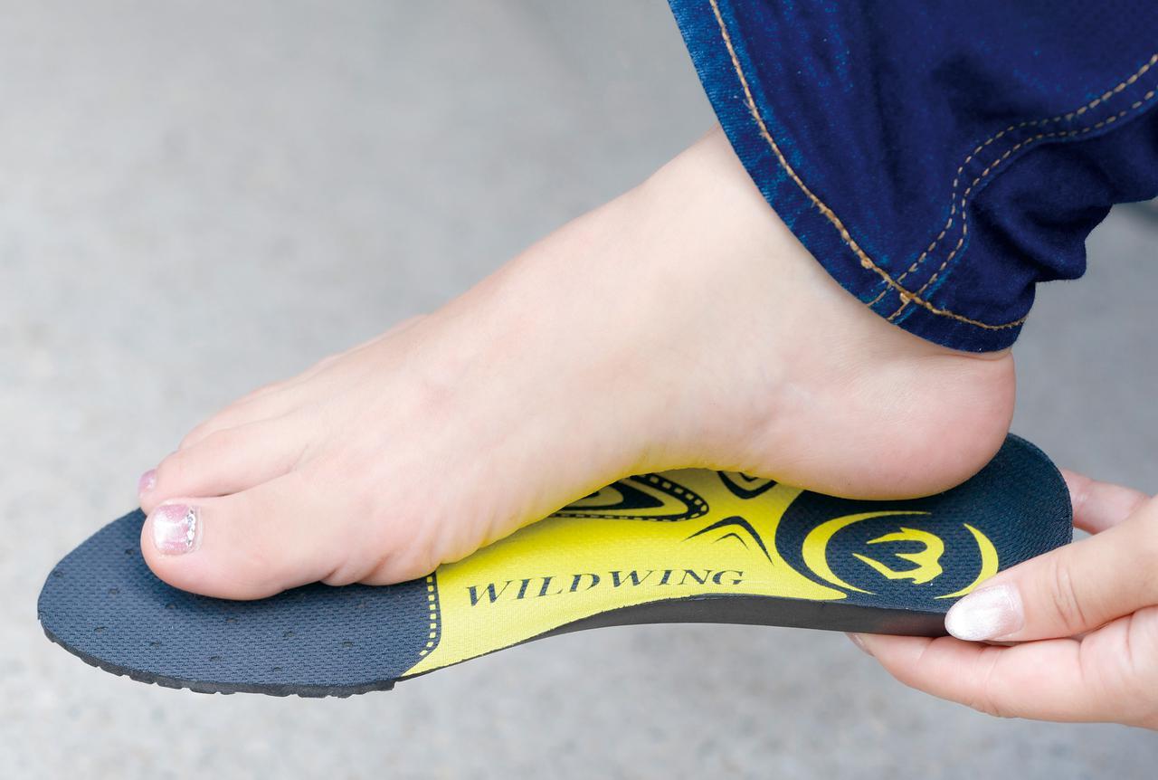 画像: かかとから土踏まずまでの形にフィットする立体形状と、EVA素材の適度な柔軟性によって疲労を低減する。