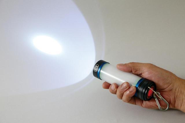 画像: スポットライトモードは3w・200ルーメンの青白い光。照射範囲は広くないが、約300m先までを鋭く照らす。
