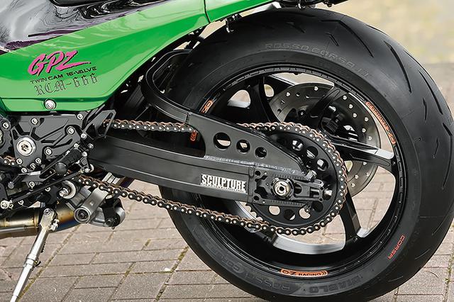 画像: スイングアームはスカルプチャーの17インチニンジャ専用ワイドスイングアーム・アジャスタータイプ。リヤショックはアラゴスタの3WAYアジャスター仕様。ホイールはO・Zレーシング・アルミ鍛造のGASS RS-Aで3.50-17/5.50-17サイズを履く。