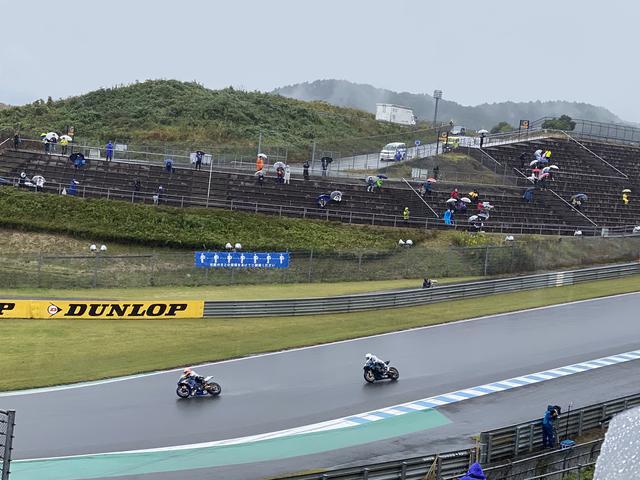 画像: 土曜日雨の中の予選中。コースを挟んで奥にあるのがG席です。