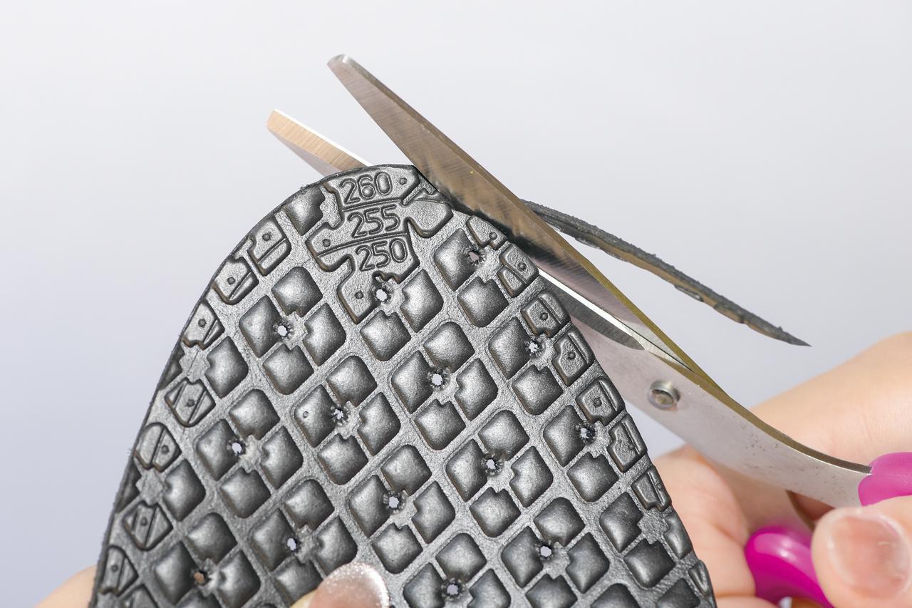 画像: ガイドラインが入っているので、靴のサイズに合わせてハサミで切り取って調整すれば完璧だ。