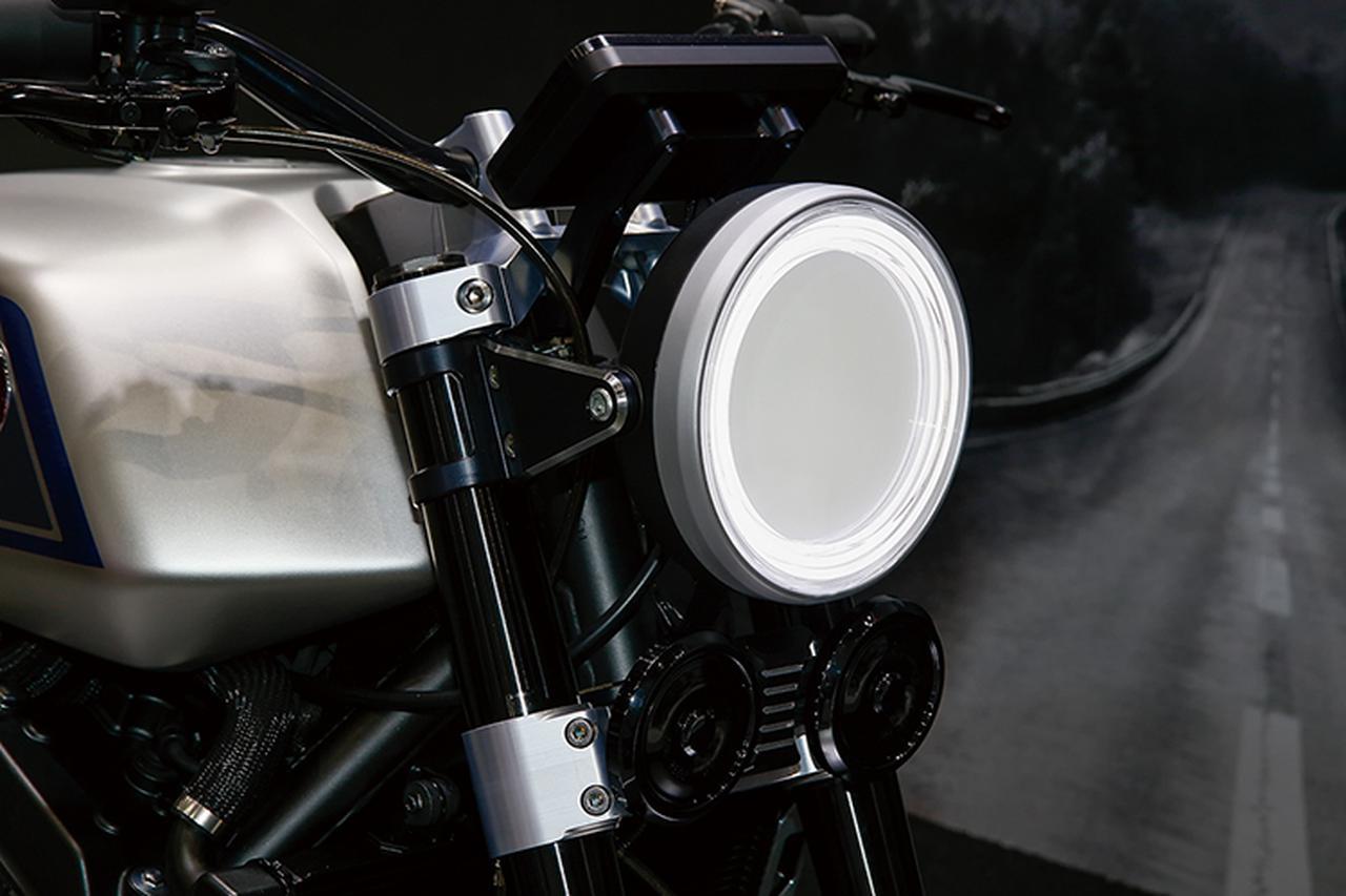 画像: ヘッドライトは全面発光とリング発光を組み合わせている。ホーンはCB-Fの2個に対し1個、このコンセプトモデルでは、ウインカーはまだ付いていない。