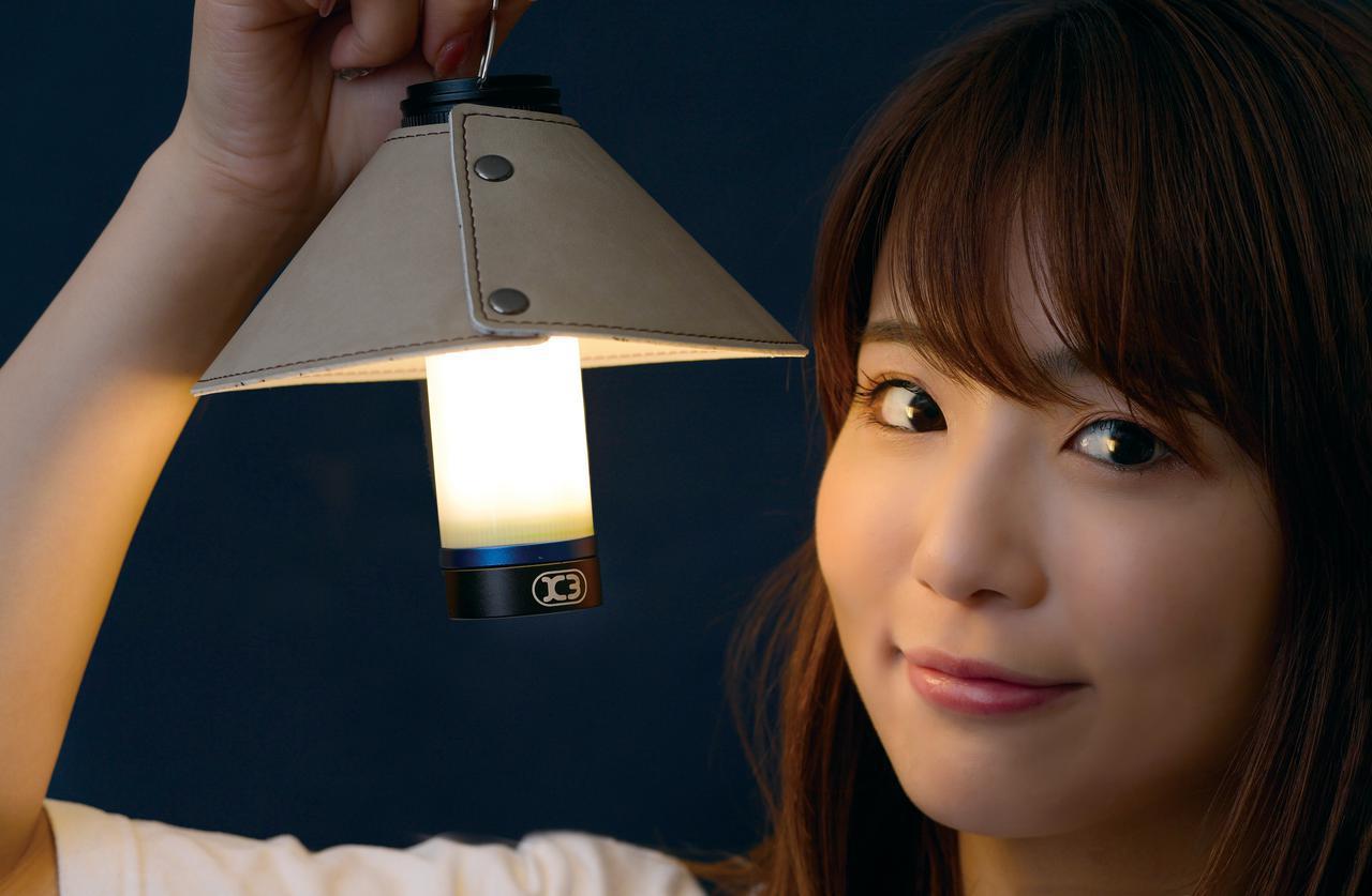 画像: 別売のランプシェードを装着し、電球色ボディライトモードにした状態。やさしい光色でテント内照明にも合う。