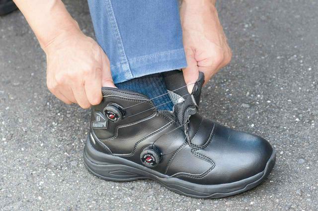 画像: 履き口が大きく開くので履き脱ぎがスムーズ。目視することなく、指先の感覚だけでフィット性を調整できることも巻き取りシステムのメリット。
