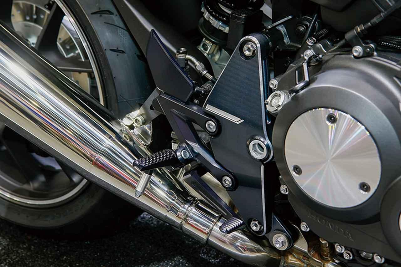 画像: ステッププレートやピボットまわり、エンジンカバーはベースと思われるCB1000Rのデザインをアレンジしている。
