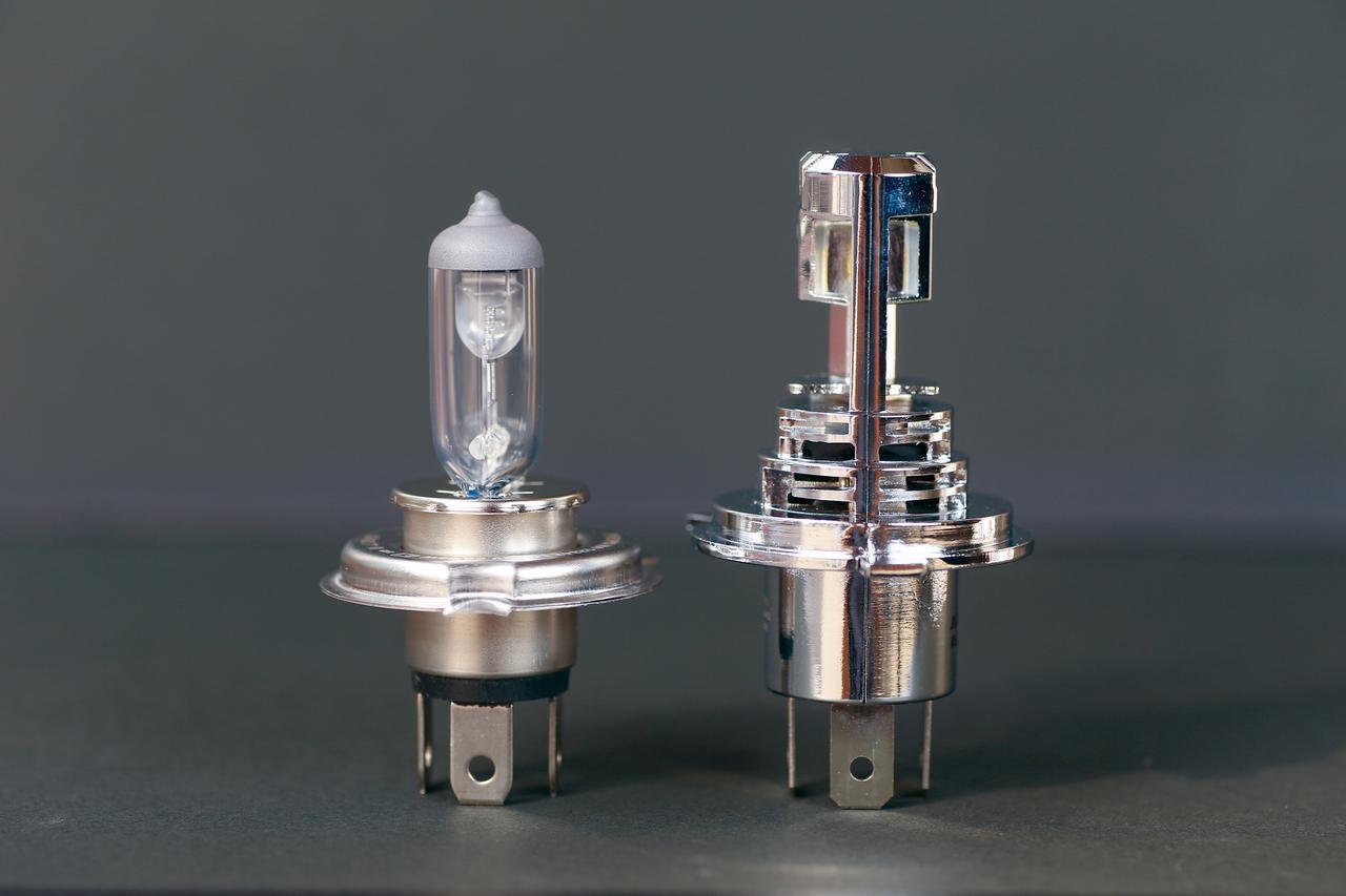 画像: 左はXSR700の純正H4ハロゲンバルブ。プレシャスレイZはフランジから先端までが約50mmで、フランジから後端までが約18mm。