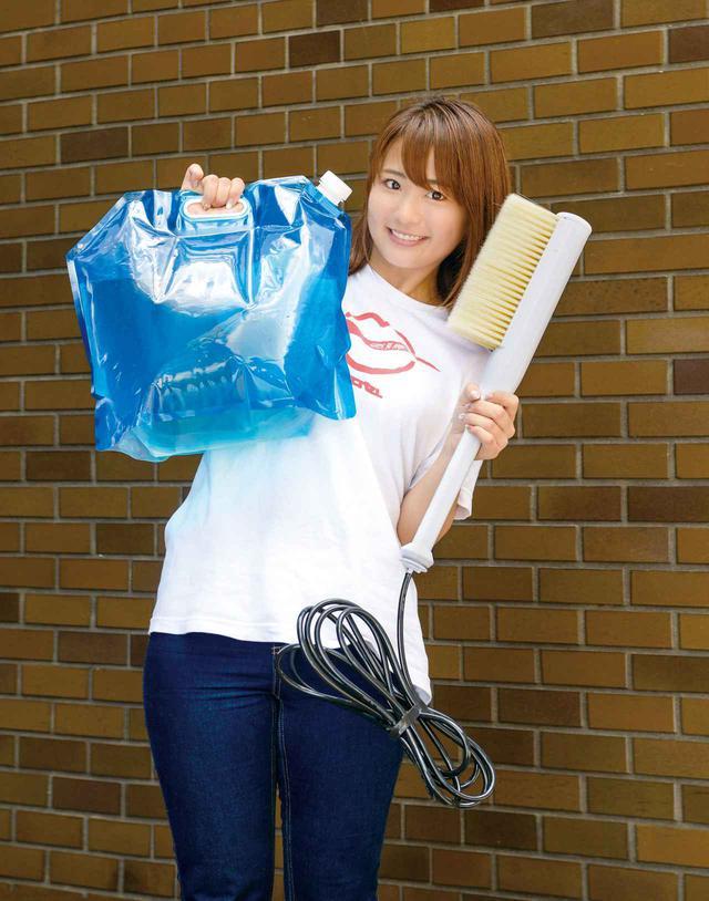 画像: サンコー「ハンディスプラッシュブラシ」 税込価格:4980円 サイズ:高さ500㎜×幅50㎜×奥行き50㎜・ホース長4320㎜ ブラシ付きの本体、10L容量の水タンク(バッグ)、ホースのほか、マイクロファイバークロスと収納袋が同梱されている。