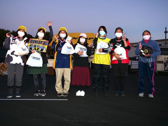 画像: 左から3位・土橋朋子選手、1位・大倉明日香選手、2位・草野涼子選手、4位・朝永昭子選手、5位・山本果菜選手、6位・双木幸佳選手、7位・中島直子選手 各クラスのウイナーには、ダンロップ賞としてタイヤ前後セットが贈られる。