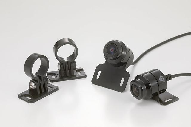 画像: 前後に配置するデュアルカメラには車体側のシチュエーションで使い分けられる各種ステーも付属。
