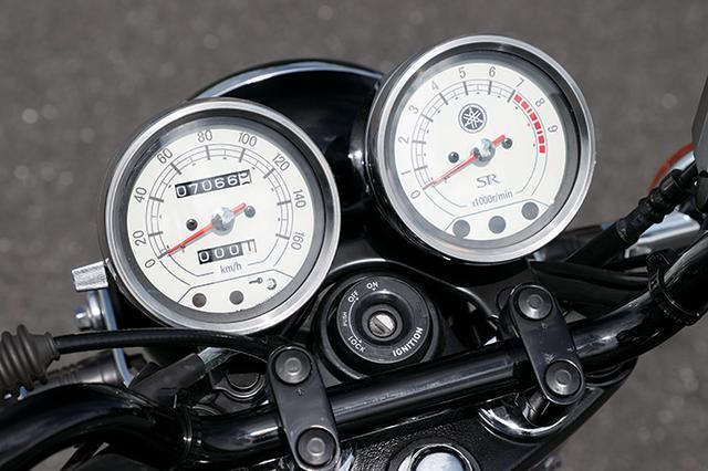 画像: クロームメッキ仕上げのボディに、白色の文字盤を組み合わせたアナログ2連メーターがSRによく似合う。燃料残量警告灯、イモビライザーも装備。