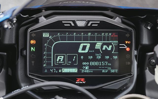 画像: メーターは反転表示のフル液晶タイプで回転計はバーグラフ式。国内仕様はETCが標準装備で作動状態も左上に表示。
