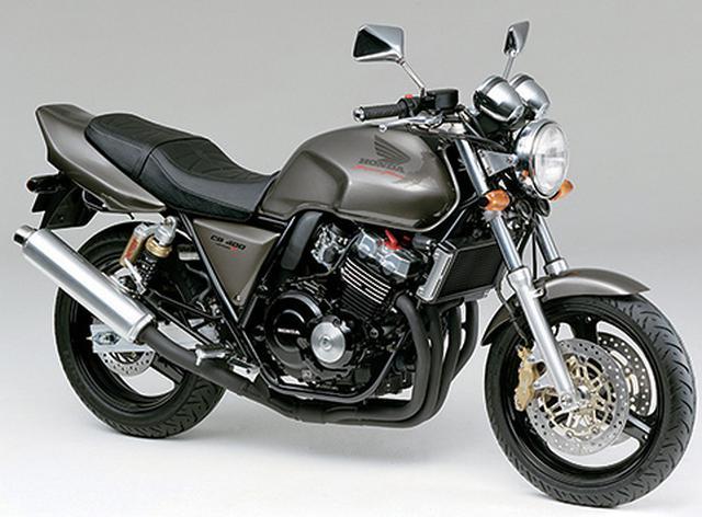 画像: バージョンRのメカニズムに、スタンダードモデルの外装を組み合わせたモデル。MC後にはブレンボ製ブレーキも採用された。