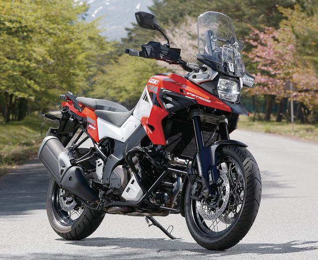 画像: SUZUKI V-STROM1050/XT エンジン形式:水冷4ストDOHC4バルブV型2気筒 総排気量:1036cc 最高出力:106PS/8500rpm 最大トルク:10.1kg・m/7200rpm シート高:855mm(XT:850mm) 車両重量:236kg(XT:247kg) 燃料タンク容量:20L タイヤサイズ(前・後):110/80R19・150/70R17 メーカー希望小売価格:143万円/XT:151万8000円(消費税10%込)