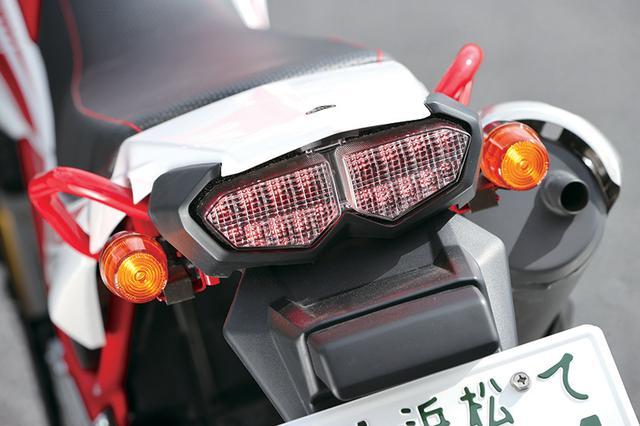 画像: テールランプは法規対応のためXT250Xに使用されたLEDに変更。点灯面積が拡大し被視認性が向上。