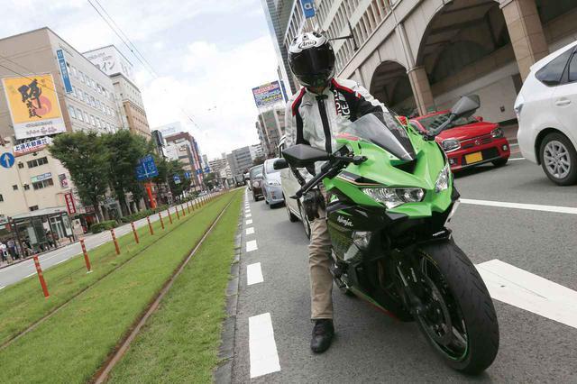 画像: 街乗りはさすがに厳しい!? 250ccスーパースポーツ カワサキ「ニンジャZX-25R」で市街地を走ってみた! - webオートバイ