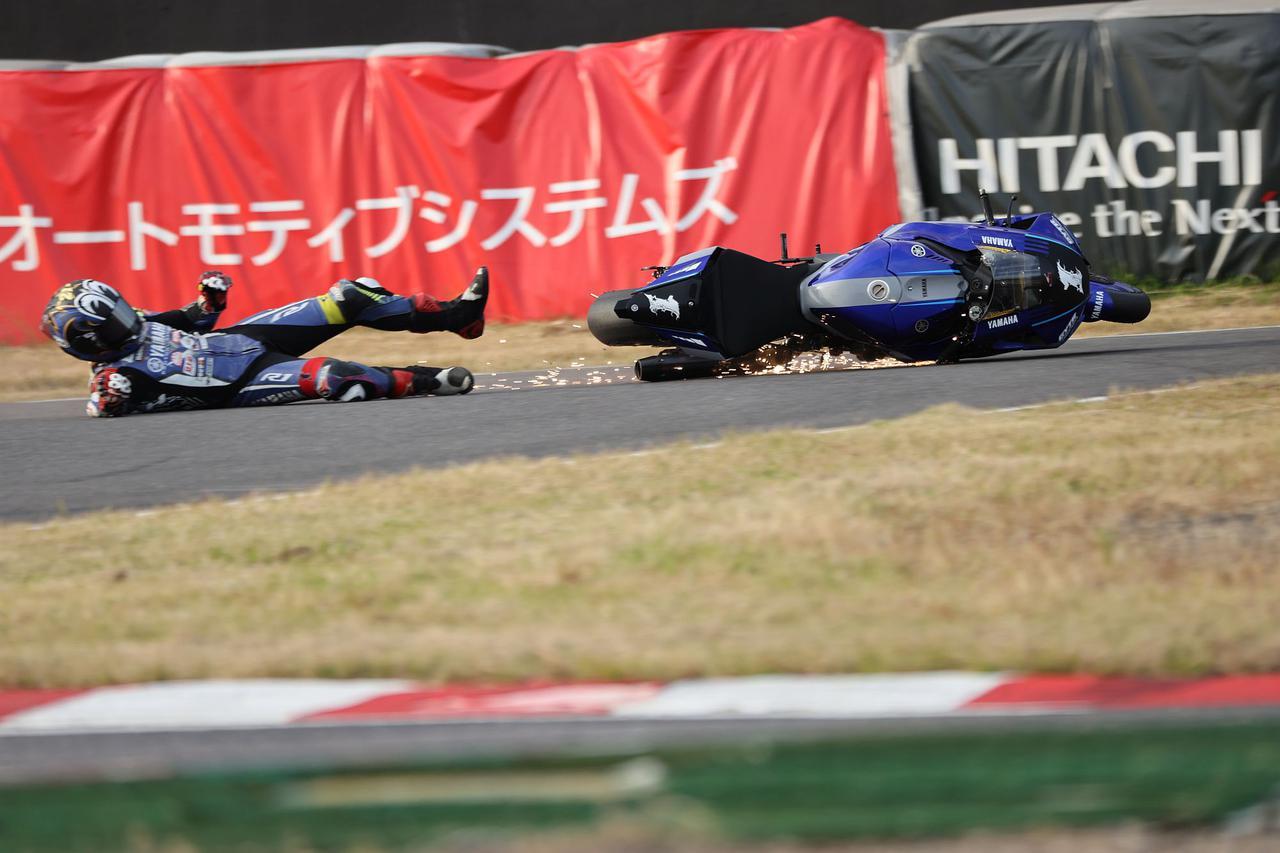 画像: 日曜のレース2、シケイン進入で転倒した中須賀君 まだ勝負をかけるのは早い周回だった(写真/小縣清志)