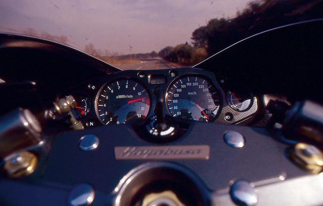 画像: スズキ「ハヤブサ」で市販車最速を記録した話 〜SUZUKI GSX 1300 R HAYABUSA〜(平成11年) - webオートバイ
