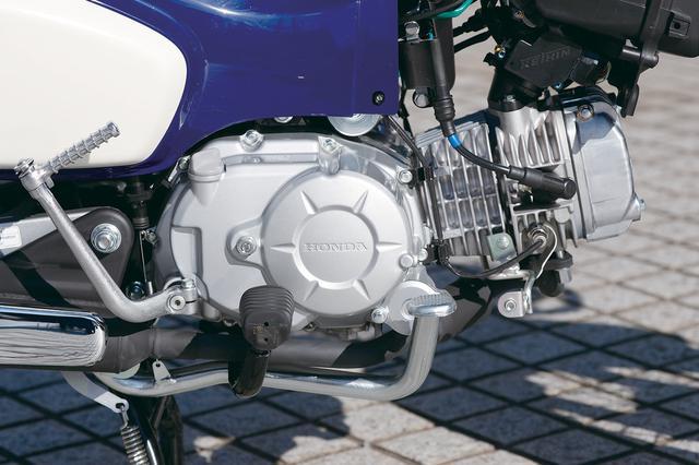 画像: シリンダーが前傾した通称「横型エンジン」を搭載するのはスーパーカブの伝統。カタログの定地燃費は105㎞/Lという低燃費を誇る。