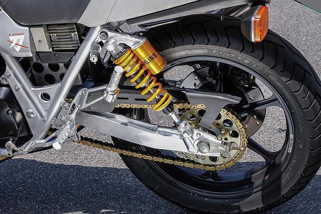 画像: リヤショックはオーリンズ・レジェンドツインで、スイングアームおよびステップ/タンデムステップはカタナ純正パーツそのままだ。