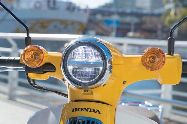 画像: 2018年型から丸目のLEDヘッドライトを採用。左右に配置されたウインカーとともに、スーパーカブの伝統的なスタイルを再現。