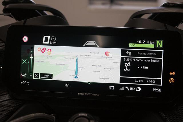 画像: 10.25インチという大画面モニターには、クルーズコントロールの車間距離設定やナビ画面などを表示させることも可能。