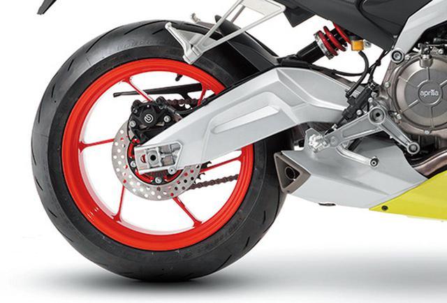 画像: 非対称形状のスイングアームはエンジンのクランクケースに直接マウントされる。標準装着タイヤはピレリのディアブロ・ロッソ・コルサII。