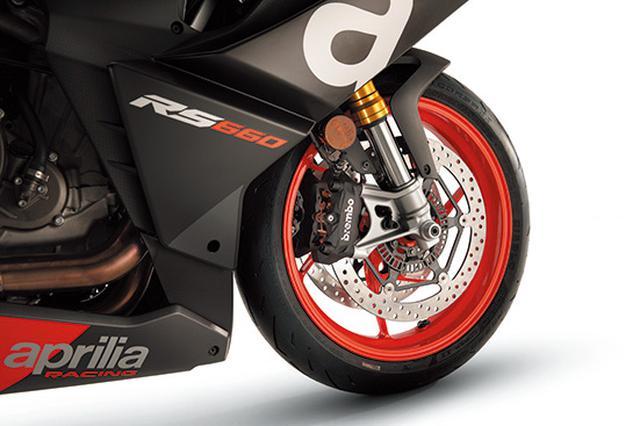 画像: フロントフォークはKYB製倒立タイプで、インナーチューブ径Φ41㎜。ブレーキはブレンボ製ラジアルマウント&Φ320㎜ローター。