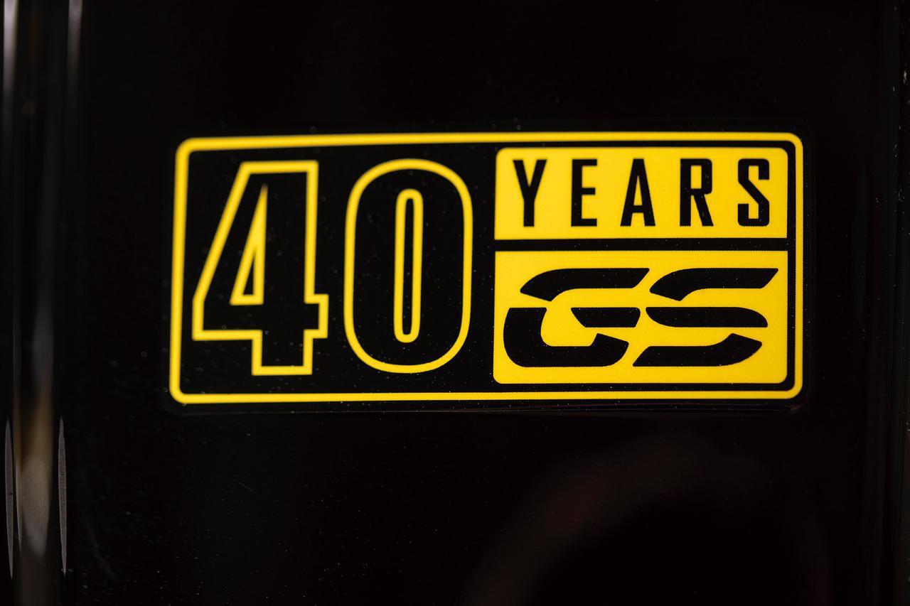 画像: タンク上には40周年の記念ロゴをあしらう。G310GSやR1250GS/アドベンチャーの記念モデルにも同じロゴが使用されている。