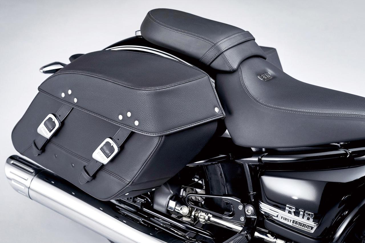 画像: 上質なレザー製のサドルバッグを標準装備。