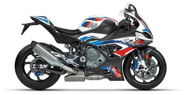 画像: M1000RRのボディは、白地にブルー、パープル、レッドを配した、BMWのモータースポーツの栄光を象徴する「Mカラー」に彩られる。
