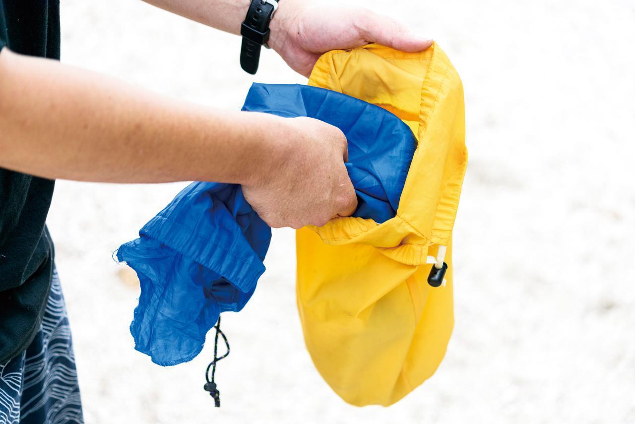 画像: 初心者は道具の袋を失くしがち。収納袋はひとつにまとめるといいですよ。西野はテントの袋にすべての袋を入れていきます。テントは初めに組立てて、最後に片付けることが多いから。もしくは椅子の袋に入れていくのもありでしょう。