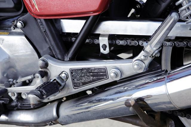 画像: いかにも重そうな鋳造のステッププレートは1981年のFBまで継続。1982年式の750FCでは肉抜きタイプに変更。