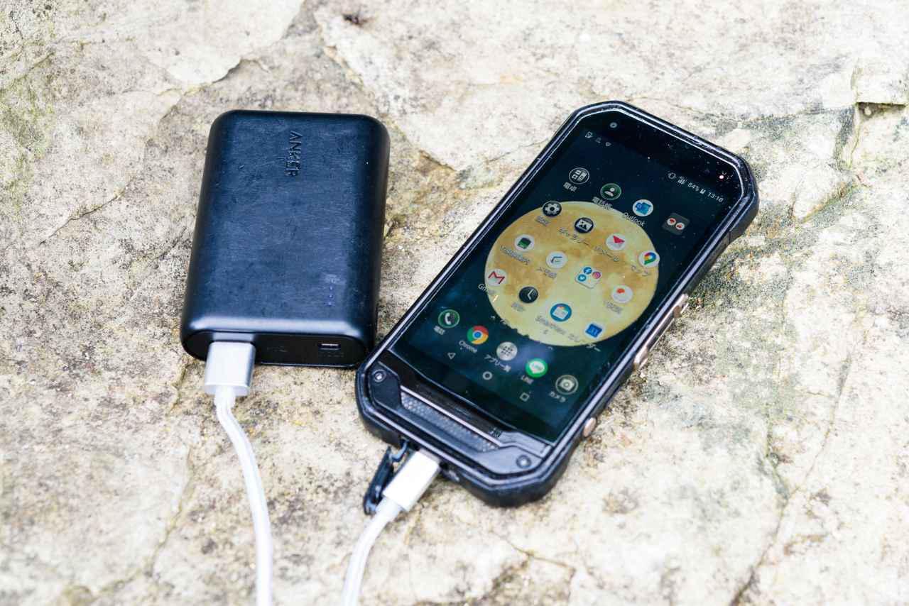 画像: 電源確保に困るキャンプではモバイルバッテリーは必須。スマホの充電はもちろん、これがあれば、充電式ランタンやヘッドライトなども安心して使えます。大容量タイプのバッテリーを持つライダーも多くなってきました。