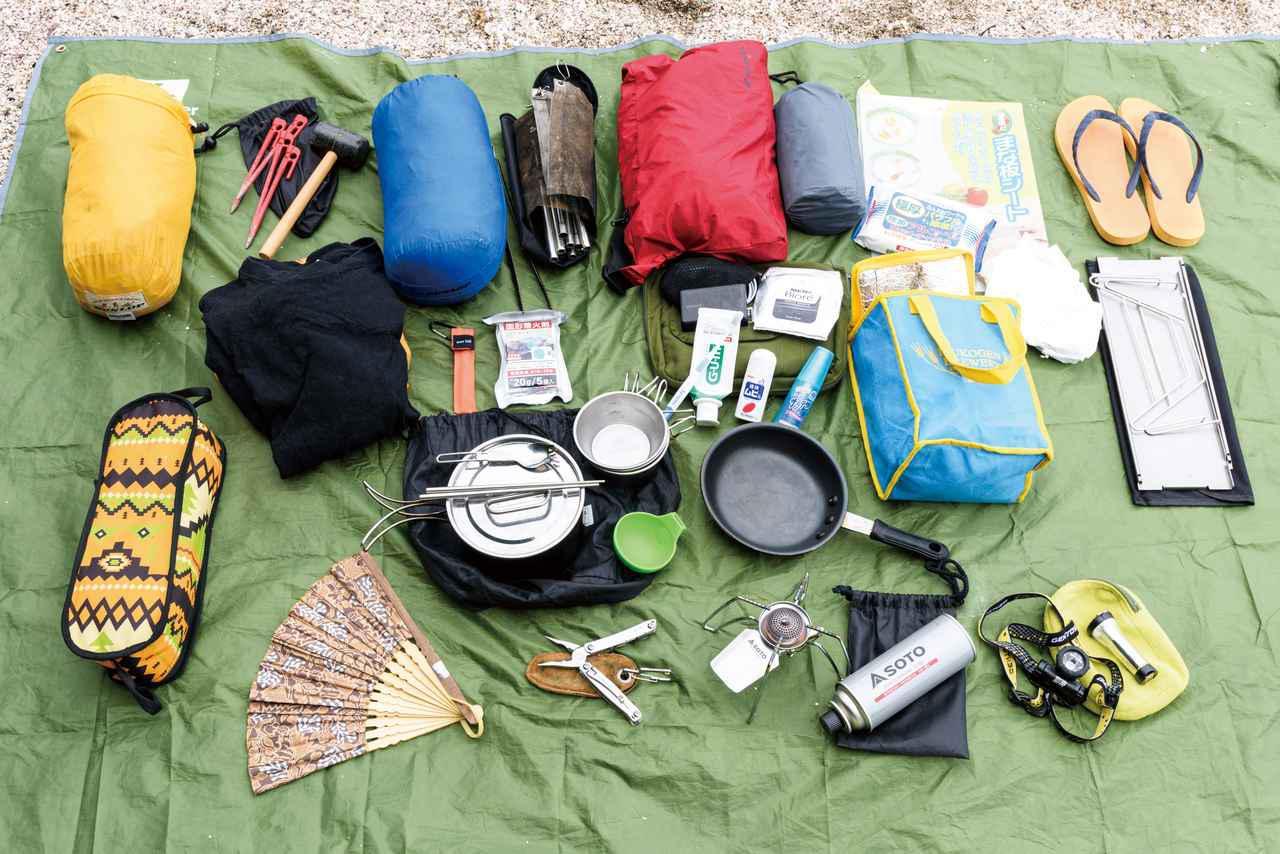 画像: 写真は西野の基本的なソロキャンプの装備一覧。容量60L程度のシートバッグにすべて収まります。 下のリストは、キャンプツーリングの準備をする際、参考になるかと思います。財布やスマホ、免許証など基本的なものは書いていませんのでお忘れなく!