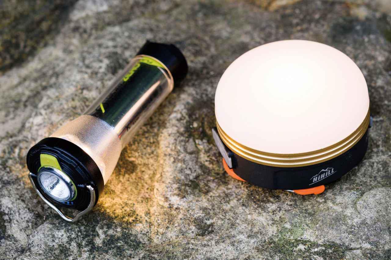 画像: かつてはガスやガソリンランタンが主流だったけど、いまは電池ランタンが扱いやすくコンパクトで人気に。とくに写真のもののように充電式タイプが最近のトレンド。中にはランタンから電源が取れて、スマホの充電などにも使えるものもあります。