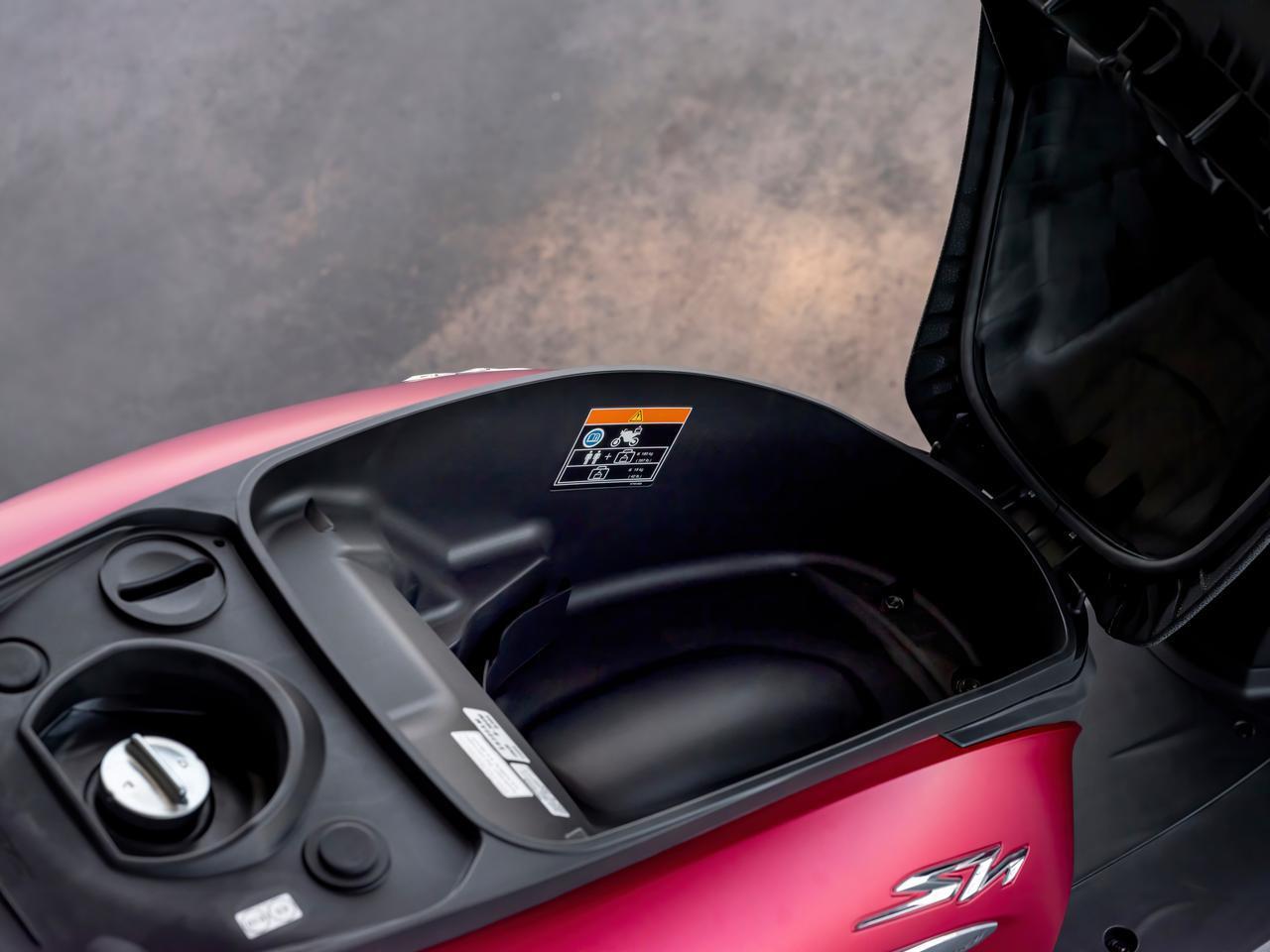 画像: シート下にはフルフェイスヘルメットも収納可能なスペースを確保し、従来のACC充電器からモバイルデバイスの充電を容易にするUSB Type-Cソケットを新たに採用。