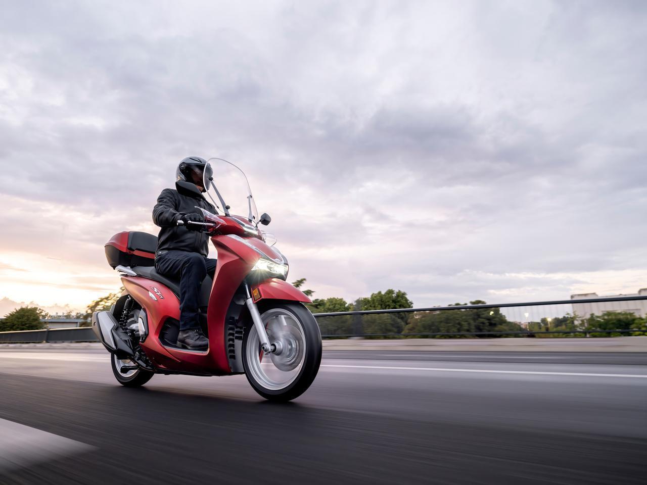 画像: 【2021速報】ホンダが欧州で新型スクーター「SH350i」を発表! 50cc排気量アップ・シリーズ共通フェイスリフト・LCD多機能メーター採用などフルモデルチェンジ! - webオートバイ