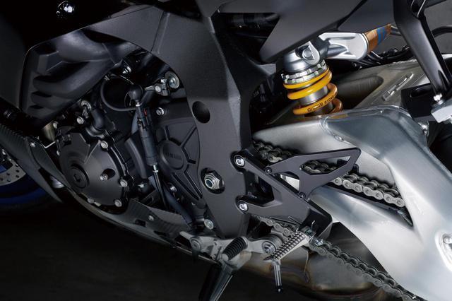 画像: R1Mのリアサスはオーリンズ製。前後サスを統合制御するERS(エレクトリックレーシングサスペンション)を継続採用する。