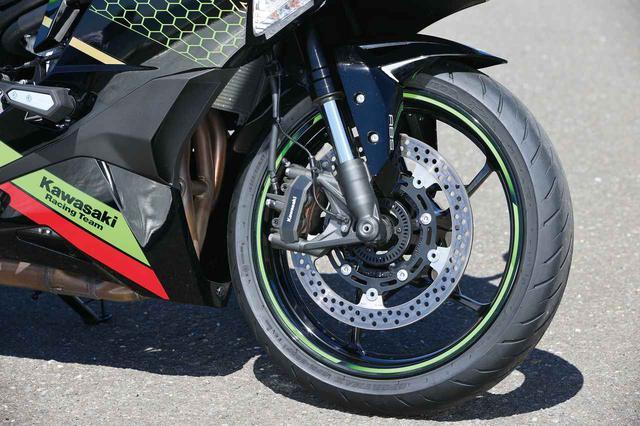 画像: タイヤはダンロップのオールラウンドツーリングラジアル「GPR300」を標準。ホイールは軽量な星形5本スポーク、310mmブレーキディスクはオーソドックスな丸形。