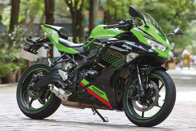 画像: Kawasaki Ninja ZX-25R SE KRT EDITION 総排気量:249cc エンジン形式:水冷4ストDOHC4バルブ並列4気筒 最高出力:33kW(45PS)/15500rpm ラムエア加圧時:34kW(46PS)/15500rpm 最大トルク:21N・m(2.1kgf・m)/13000rpm 発売日:2020年9月10日 メーカー希望小売価格(税込):91万3000円