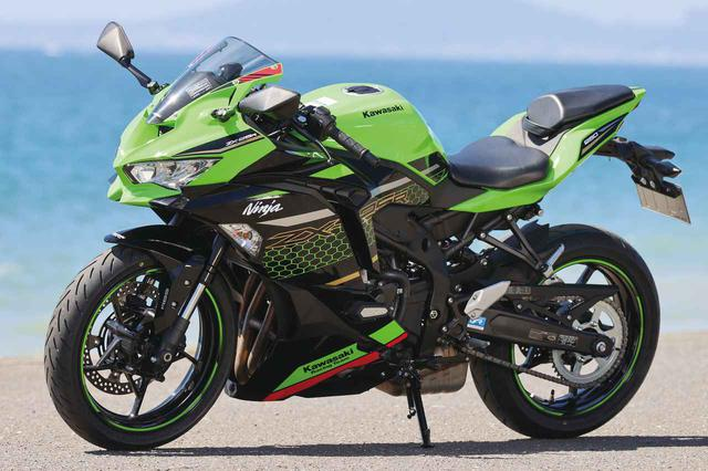 画像: カワサキ自慢のスーパースポーツらしい、アグレッシブな「Ninjaスタイリング」。撮影車はスーパーバイク世界選手権を戦うワークスマシンのカラーを模したKRTカラーだ。 張り出したサイドカウルの下部に設けられた左右のエアダクトは、エンジンの冷却性能を高めるために設けられたもの。