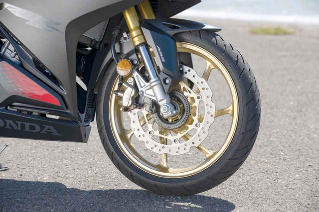 画像: ウエーブ形状のディスクは310mm径。6本スポークのキャストホイールは今回から全車ゴールド仕上げで統一されている。
