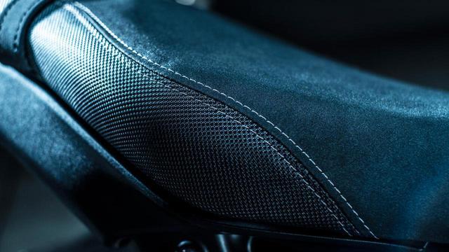 画像: シートがダブルステッチになっているのも「SP」の特徴。