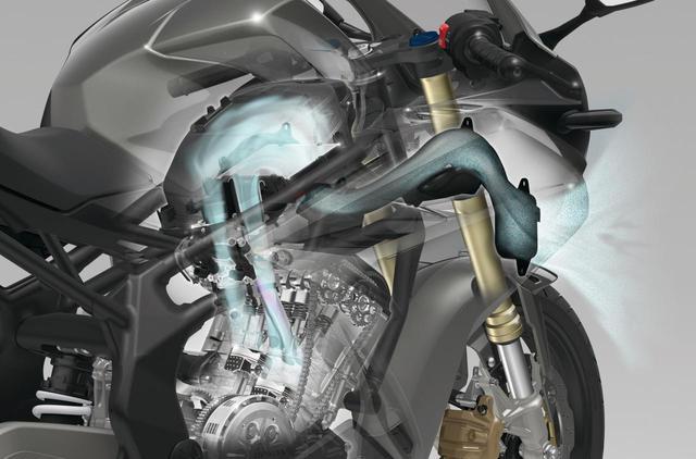画像: 充填効率に優れるダウンドラフト吸気方式を採用。ブルーの部分はその吸気経路。吸入口はヘッドライト下にある。
