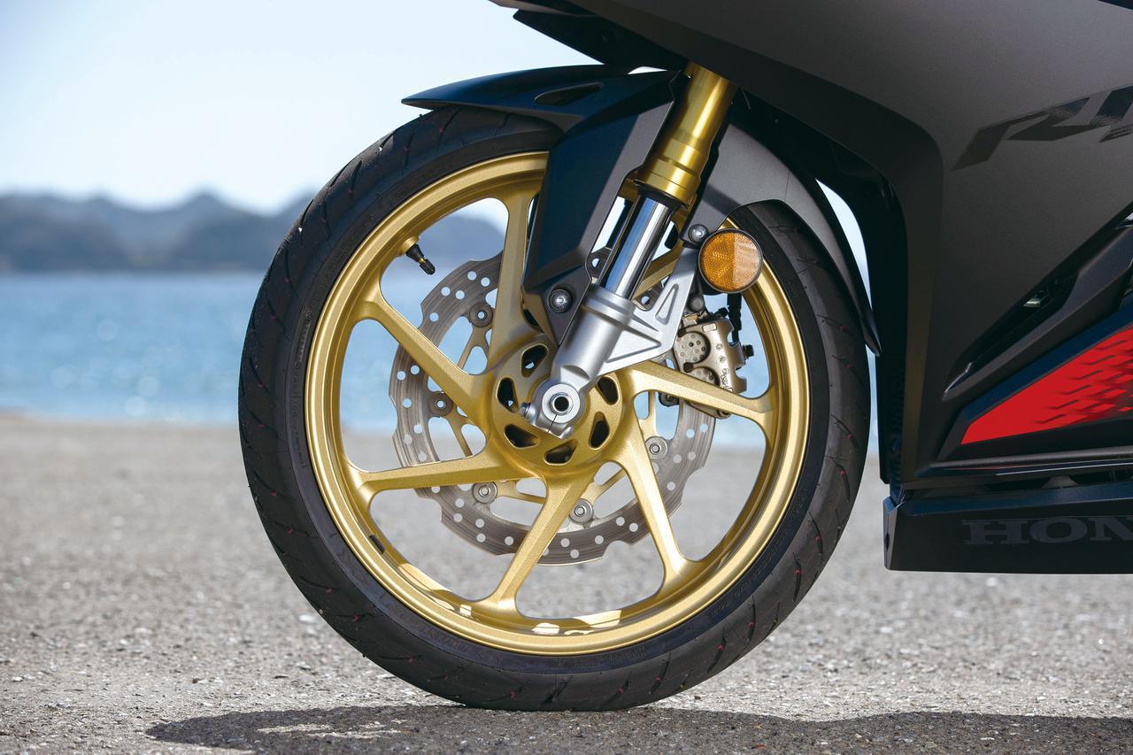 画像: 細身の6本スポークデザインを採用するホイールはカラーをゴールドとして高級感をアップ。タイヤはダンロップのGPR-300を履く。前後17インチ。